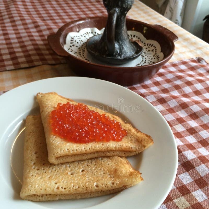 Crepes con el caviar de los salmones rojos en la placa para fechar, concepto del día de tarjetas del día de San Valentín, cocina  foto de archivo libre de regalías