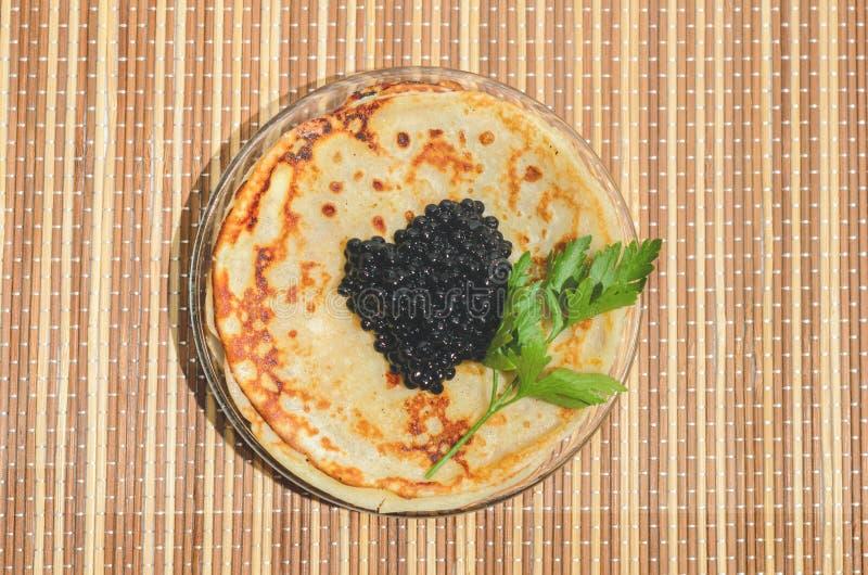 Crepes con el caviar negro fotografía de archivo