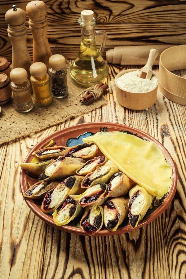 Crepes con la cuajada y las pasas, fotografía de la comida Crepes finas w imagen de archivo