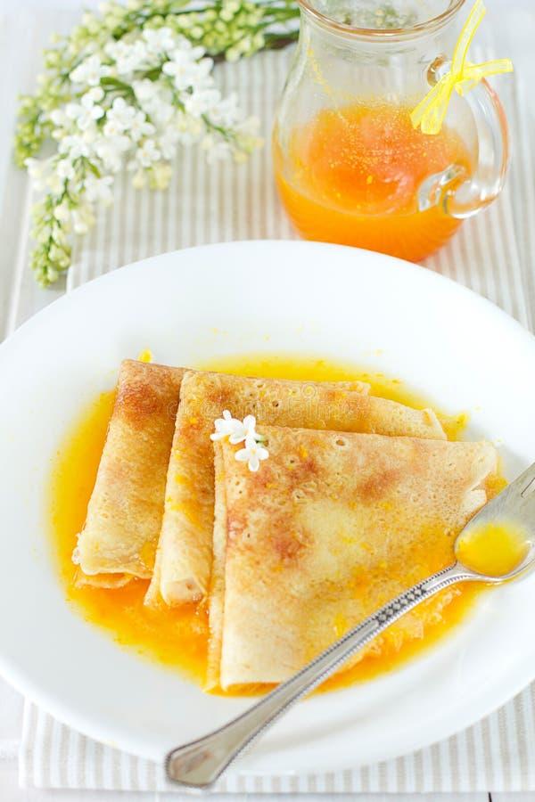 Crepes con la salsa anaranjada imagen de archivo