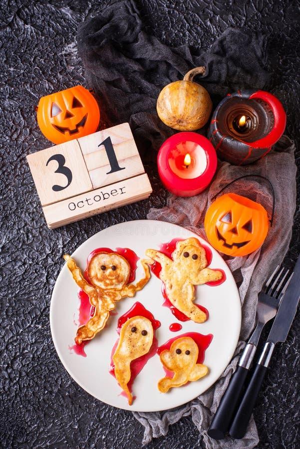 Crepes creativas del fantasma de la invitación de Halloween fotografía de archivo