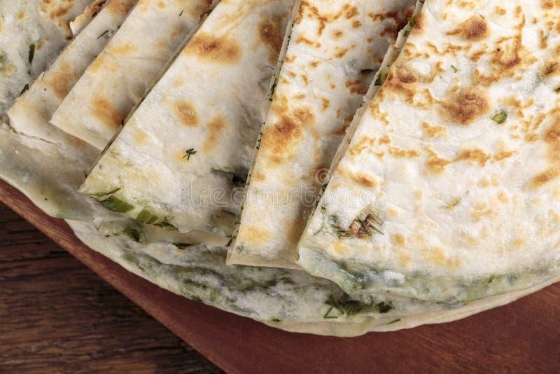 Crepes de la cebolleta alrededor de las cebollas verdes picaditas del flatbread ácimo foto de archivo