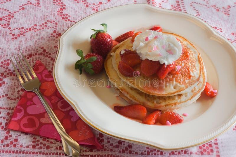 Crepes de la fresa del día de tarjeta del día de San Valentín imagen de archivo