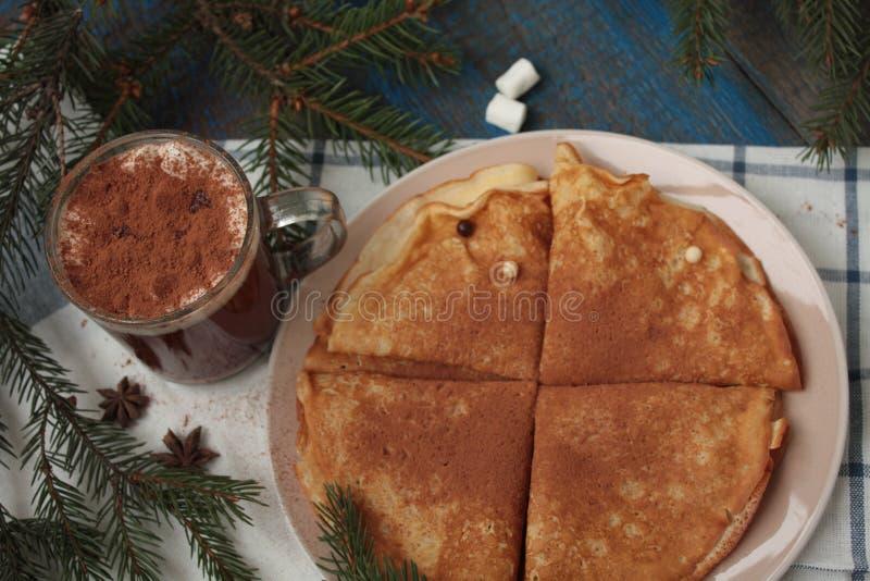 Crepes de la Navidad con el chocolate, cacao fotografía de archivo