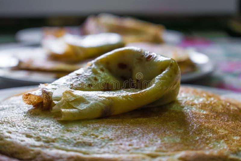 Crepes de oro apetitosas con la corteza curruscante, cocinada en casa imagenes de archivo