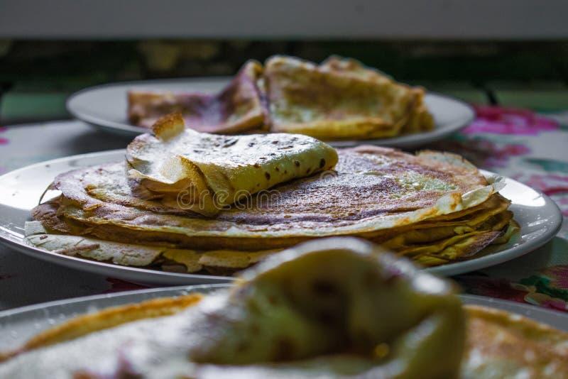 Crepes de oro apetitosas con la corteza curruscante, cocinada en casa fotos de archivo libres de regalías