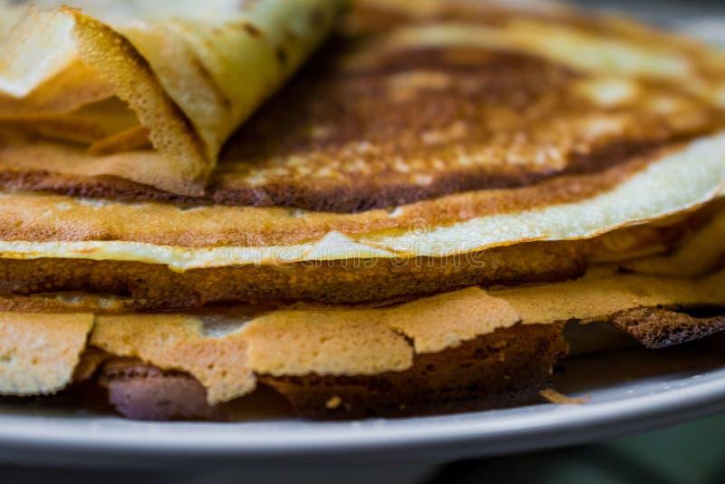 Crepes de oro apetitosas con la corteza curruscante, cocinada en casa fotos de archivo