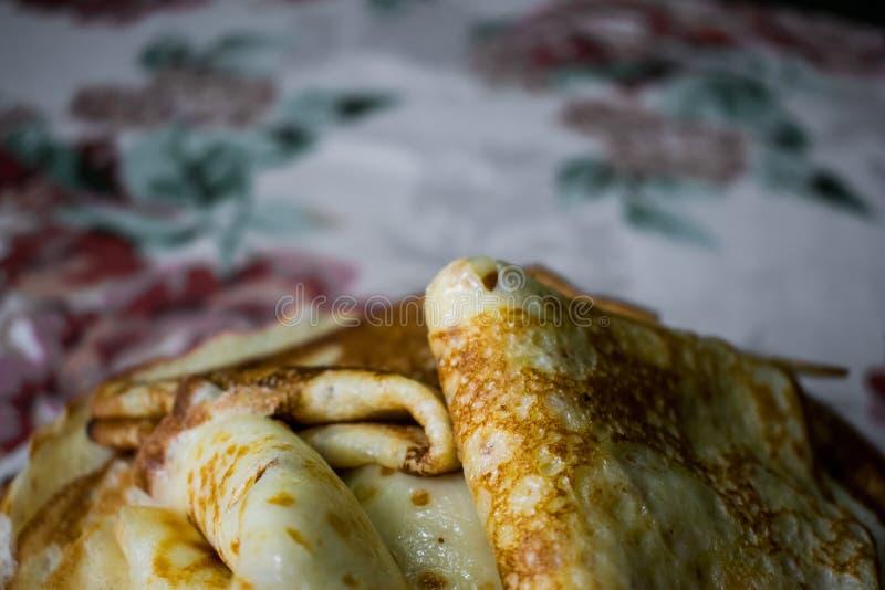 Crepes de oro apetitosas con la corteza curruscante, cocinada en casa foto de archivo libre de regalías