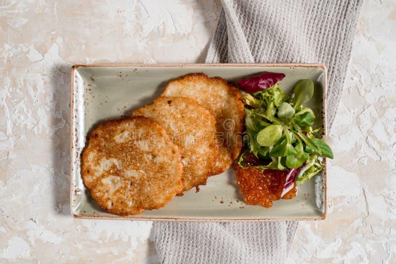 Crepes de patata Bu?uelos vegetales, latkes, draniki - plato popular en muchos pa?ses imágenes de archivo libres de regalías
