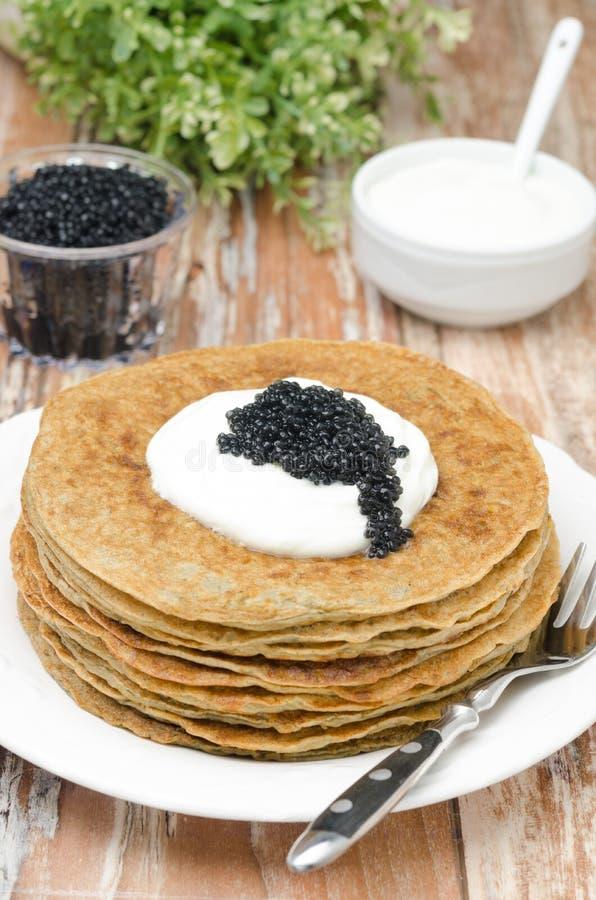 Crepes de patata con crema agria y el caviar imagen de archivo libre de regalías
