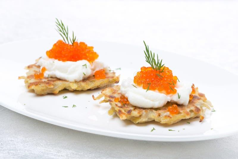 Crepes de patata con el caviar en la placa fotografía de archivo libre de regalías
