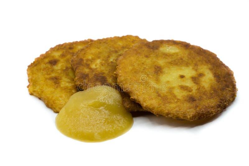 Crepes de patata con la compota de manzanas aislada en el fondo blanco fotos de archivo