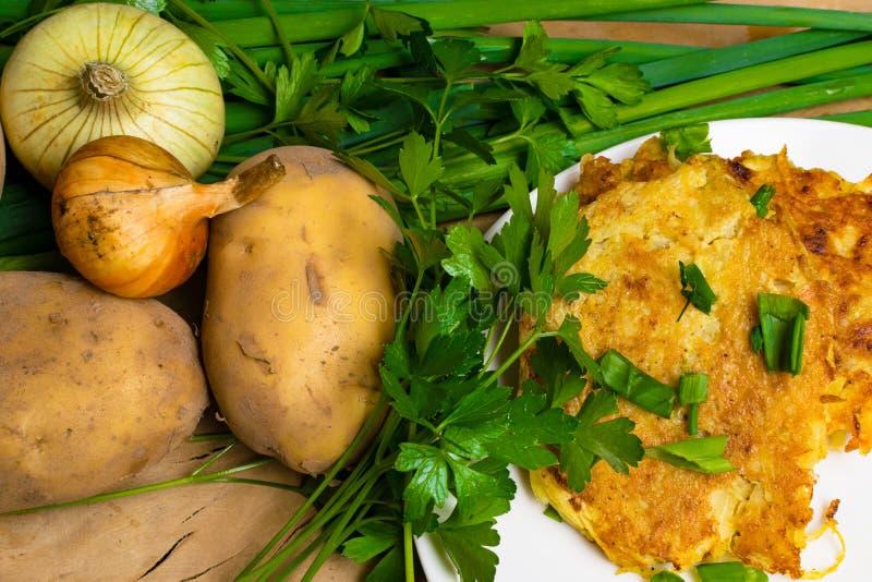 Crepes de patata o latkes en una superficie de madera fotografía de archivo