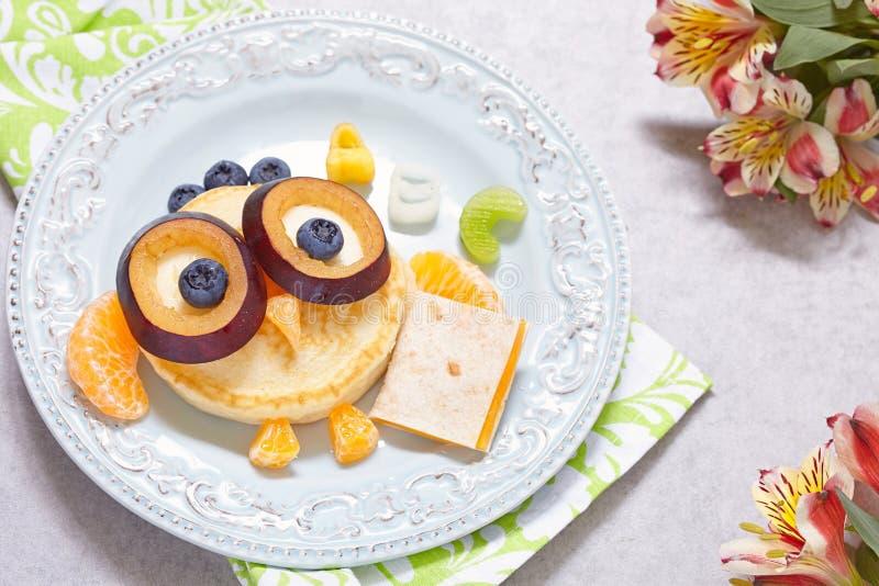 Crepes del búho para el desayuno de los niños foto de archivo