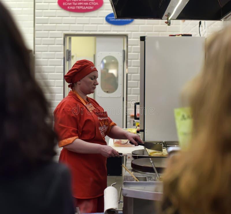 Crepes del cocinero de los cocineros delante de clientes fotos de archivo libres de regalías