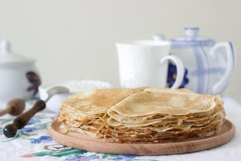 Crepes del desayuno servidas con crema agria y miel imagenes de archivo