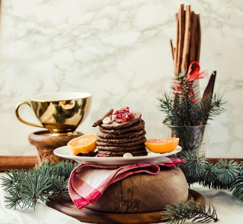 Crepes del plátano del chocolate con la granada y el mandarín, invierno imagenes de archivo