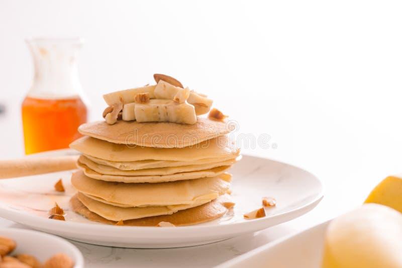 Crepes del plátano del desayuno con la miel y las nueces fotografía de archivo libre de regalías