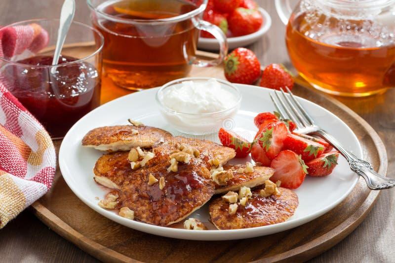 Crepes deliciosas del desayuno con las fresas y la crema frescas fotografía de archivo