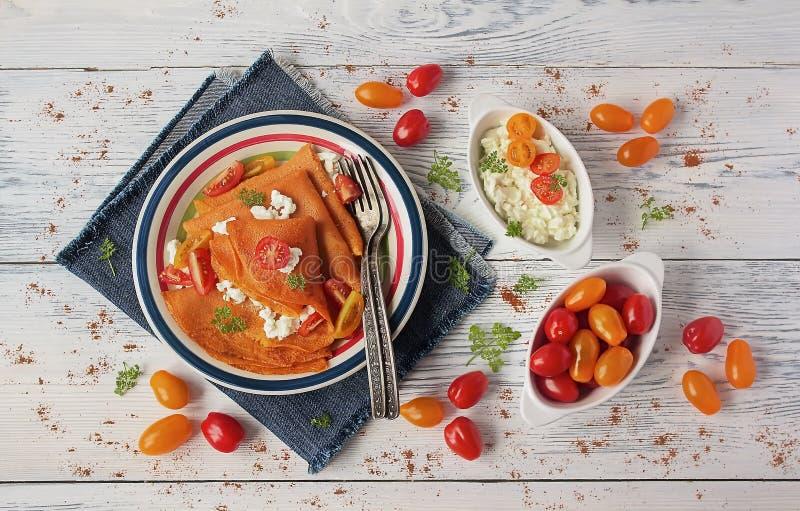 Crepes deliciosos do suco de tomate com requeijão fotos de stock royalty free