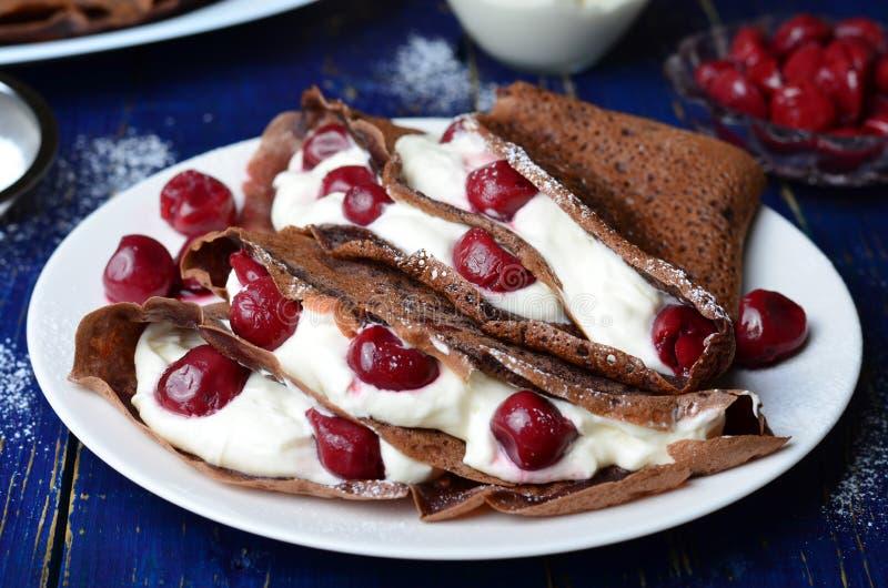 Crepes do chocolate com cereja fotografia de stock royalty free