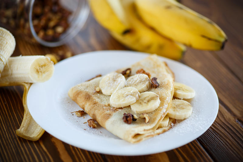 Crepes dulces con los plátanos y las nueces fotografía de archivo libre de regalías