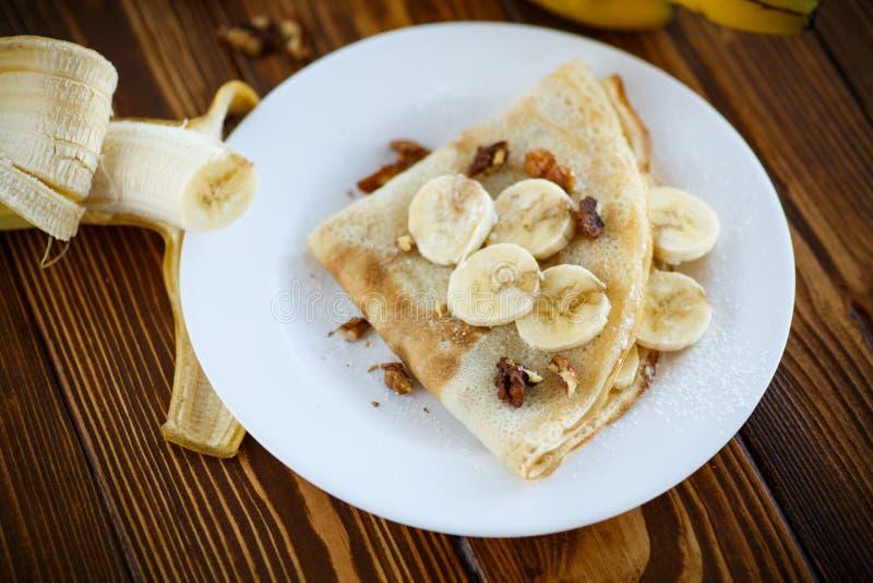 Crepes dulces con los plátanos y las nueces foto de archivo