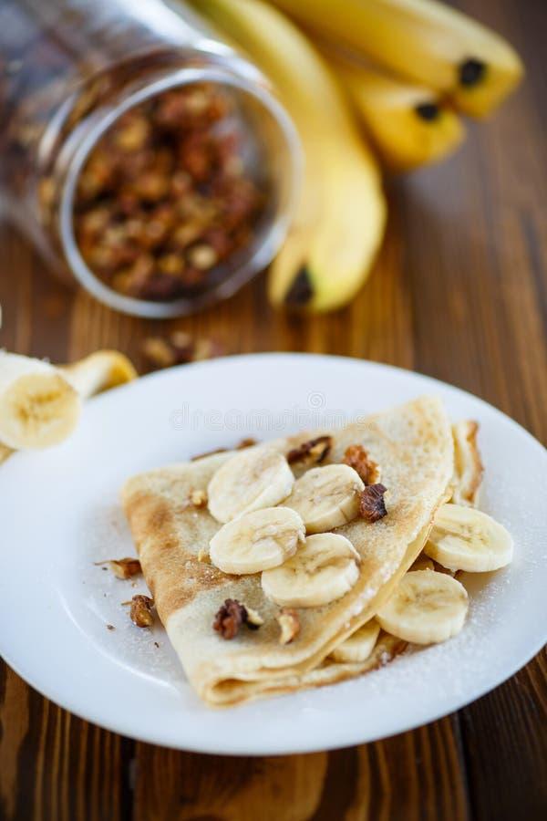 Crepes dulces con los plátanos y las nueces fotos de archivo libres de regalías