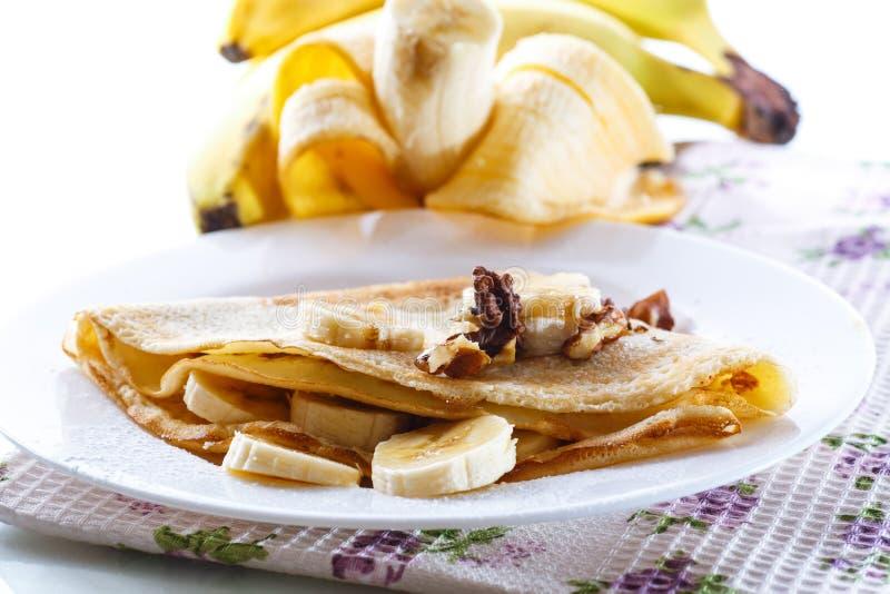 Crepes dulces con los plátanos y las nueces imágenes de archivo libres de regalías