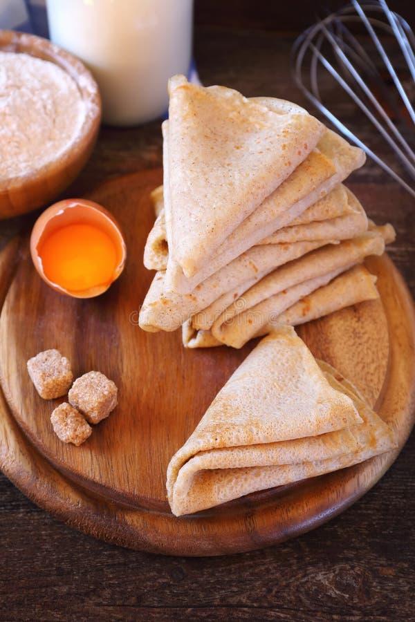 Crepes e ingredientes: harina, leche, azúcar fotografía de archivo libre de regalías