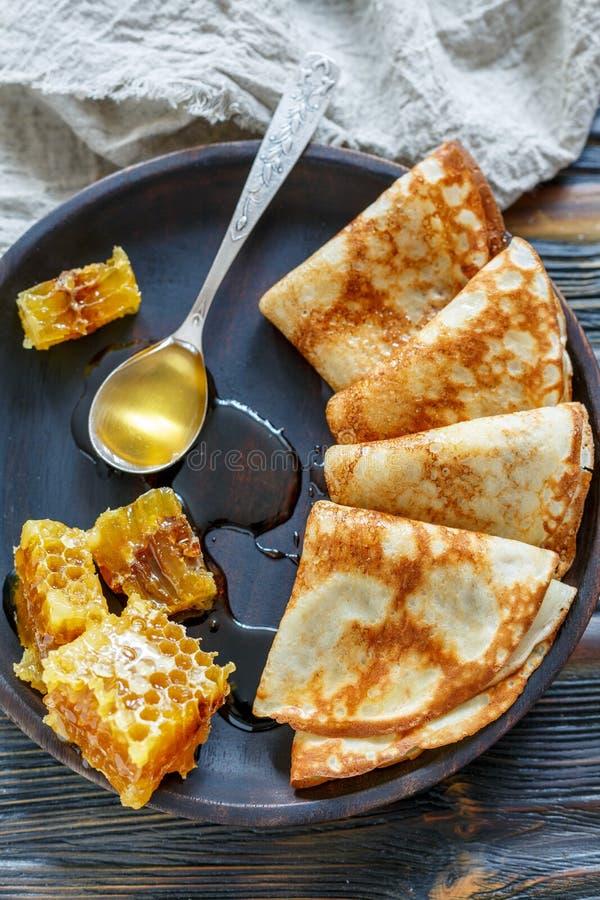 Crepes e mel para um café da manhã delicioso fotografia de stock