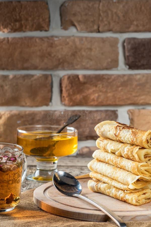 Crepes en pila el día de fiesta del concepto de la comida del primer del tablero de madera foto de archivo libre de regalías