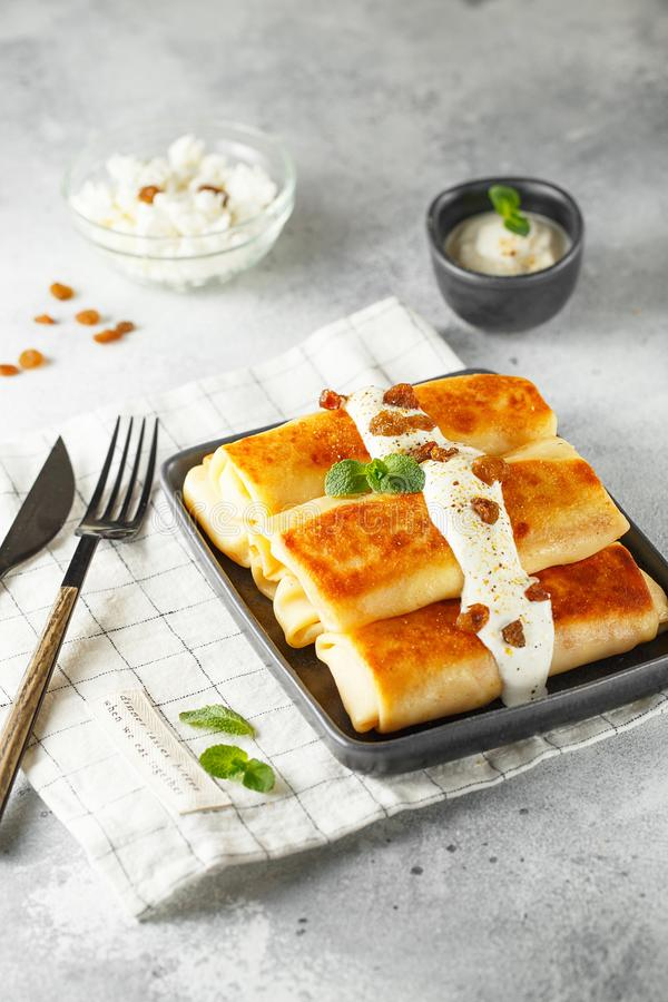 Crepes finas rusas con requesón y pasas Desayuno tradicional sano foto de archivo libre de regalías