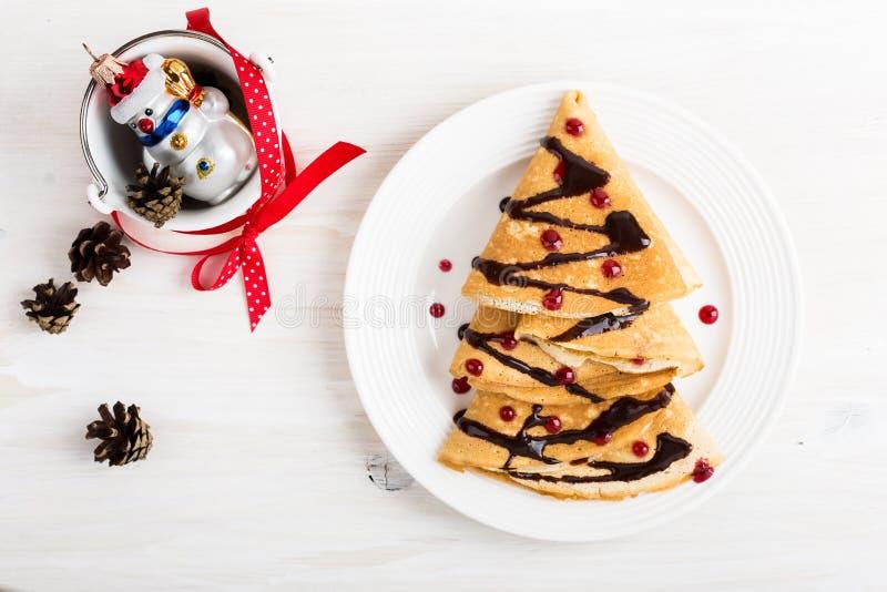 Crepes formadas árbol de navidad para el desayuno del día de fiesta fotografía de archivo libre de regalías