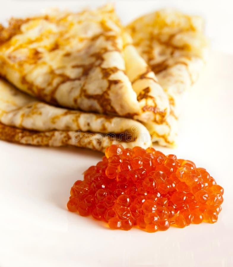 Crepes con el caviar rojo imagenes de archivo