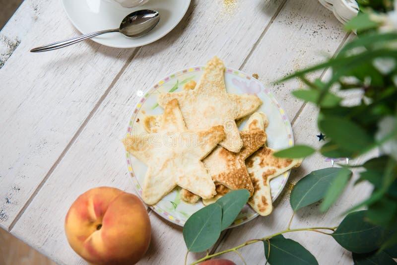 Crepes fritas en la tabla de madera blanca foto de archivo libre de regalías