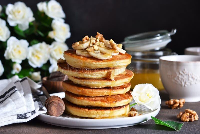 Crepes hechas en casa, calientes con el plátano, miel y nueces imagenes de archivo