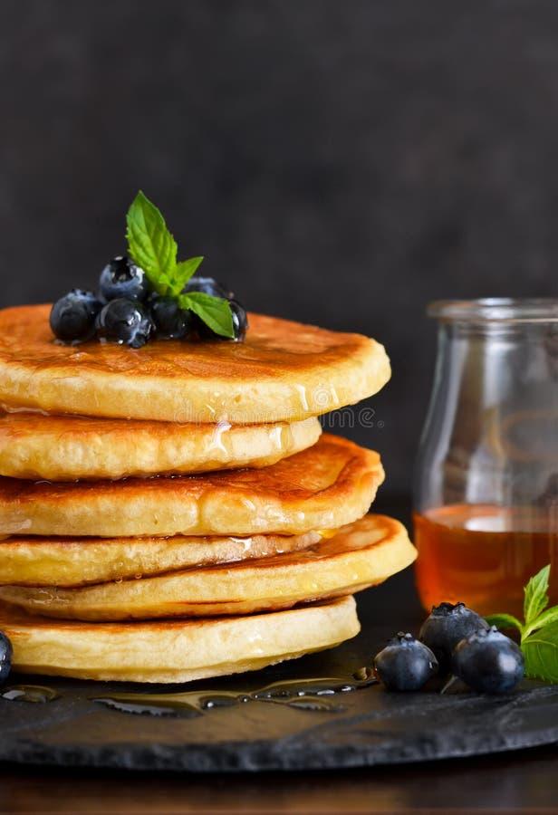 Crepes hechas en casa de la avena con la miel y los arándanos para el desayuno imagen de archivo