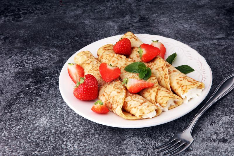 Crepes with jam, berries and sugar powder. Homemade pancakes, de stock photos