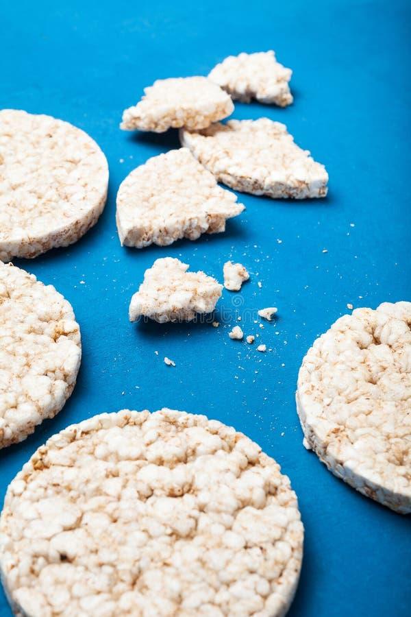 Crepes libres del arroz del gluten de Brown, vertical imagen de archivo