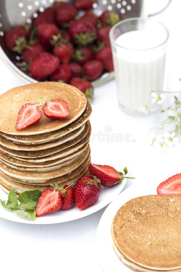 Crepes para las crepes de BreakfastHomemade con las fresas frescas imagen de archivo