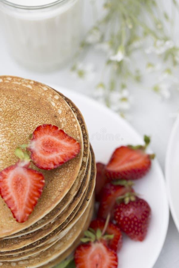 Crepes para las crepes de BreakfastHomemade con las fresas frescas fotografía de archivo libre de regalías