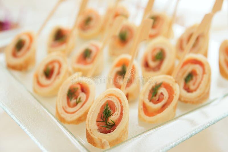 Crepes rodadas con los salmones imagen de archivo