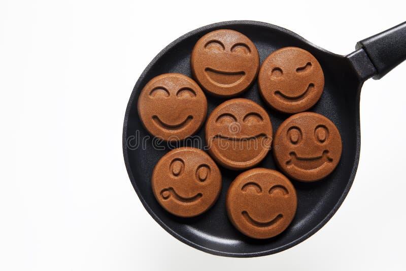Crepes sonrientes divertidas de Chocolat en la cacerola Concepto de Foo feliz imagen de archivo libre de regalías
