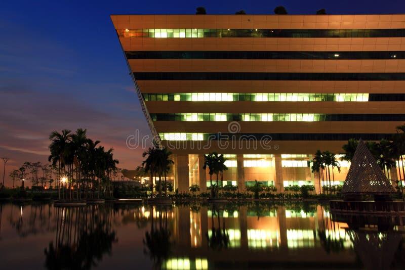 Crepuscolo del complesso di governo di Bangkok fotografia stock libera da diritti