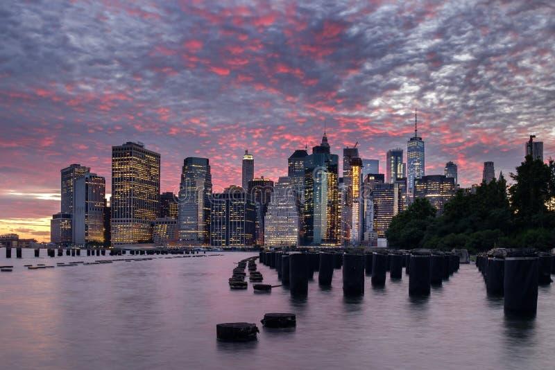 Crepuscolo dell'orizzonte di Manhattan fotografia stock libera da diritti