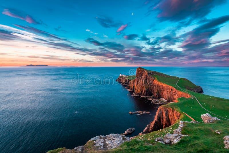 Crepuscolo famoso al faro del punto di Neist in Scozia immagini stock
