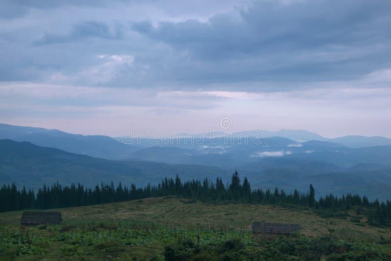 Crepuscolo nelle montagne fotografia stock