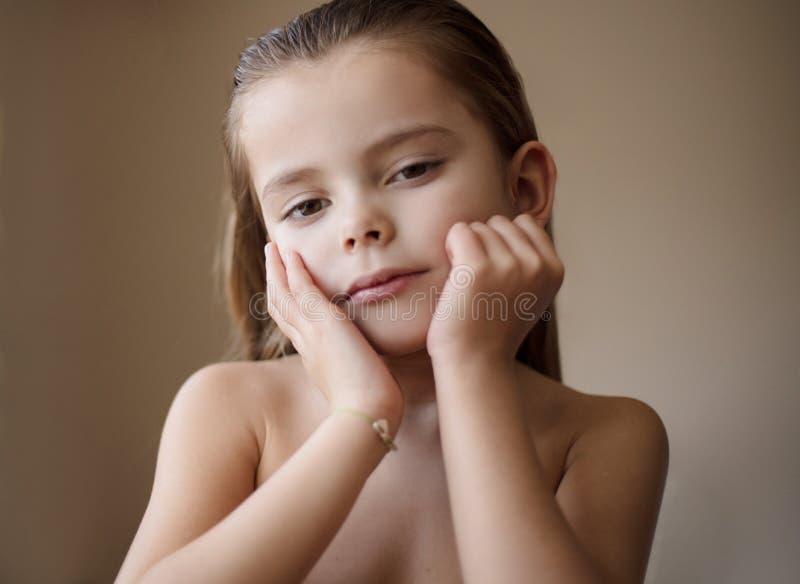 Cresça acima em uma menina bonita fotografia de stock