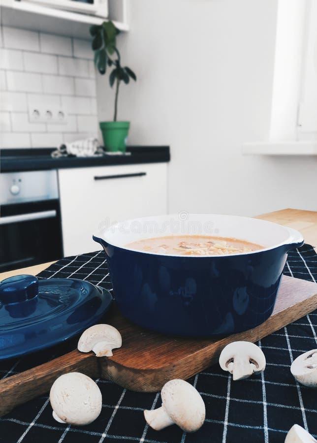 Cresce rapidamente a sopa de creme em Milão foto de stock